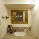 I邸・斜めに配置したキッチンで、動きと変化をの写真 幅1mのゆったりとした洗面カウンター