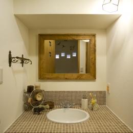 I邸・斜めに配置したキッチンで、動きと変化を (幅1mのゆったりとした洗面カウンター)