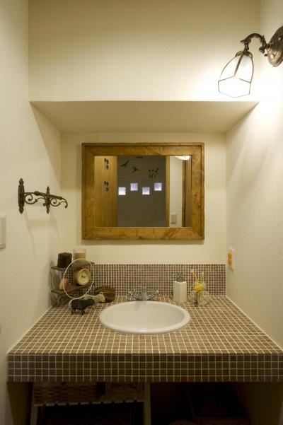 幅1mのゆったりとした洗面カウンター (I邸・斜めに配置したキッチンで、動きと変化を)