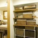 I邸・斜めに配置したキッチンで、動きと変化をの写真 洗面所横の収納スペース