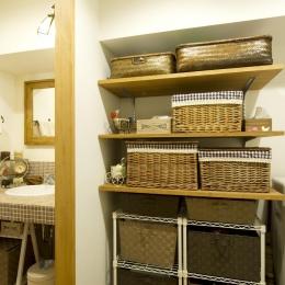 I邸・斜めに配置したキッチンで、動きと変化を (洗面所横の収納スペース)