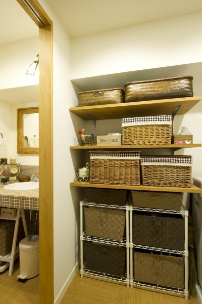 洗面所横の収納スペース (I邸・斜めに配置したキッチンで、動きと変化を)