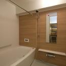 I邸・斜めに配置したキッチンで、動きと変化をの写真 広々とした浴室