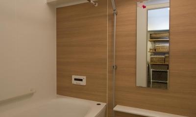 I邸・斜めに配置したキッチンで、動きと変化を (広々とした浴室)