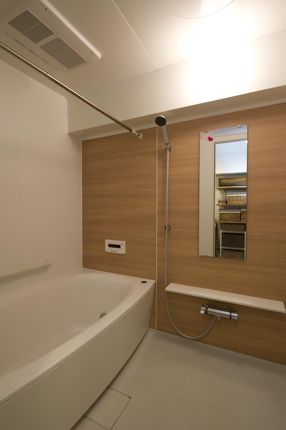I邸・斜めに配置したキッチンで、動きと変化をの部屋 広々とした浴室