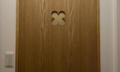 I邸・斜めに配置したキッチンで、動きと変化を (クローバー柄を取り入れたタモ材のドア)