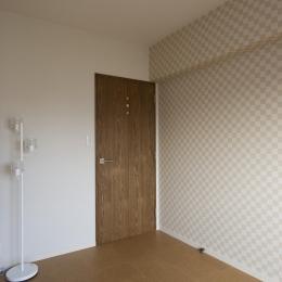 I邸・斜めに配置したキッチンで、動きと変化を (寝室-ベージュの市松模様のクロス)