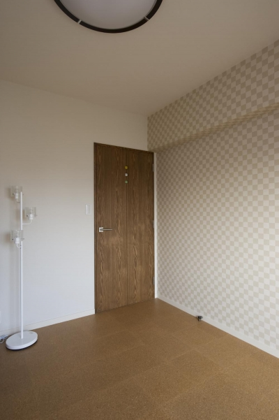 寝室-ベージュの市松模様のクロス (I邸・斜めに配置したキッチンで、動きと変化を)