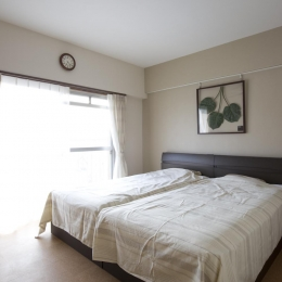 I邸・斜めに配置したキッチンで、動きと変化を (明るく開放的なベッドルーム)