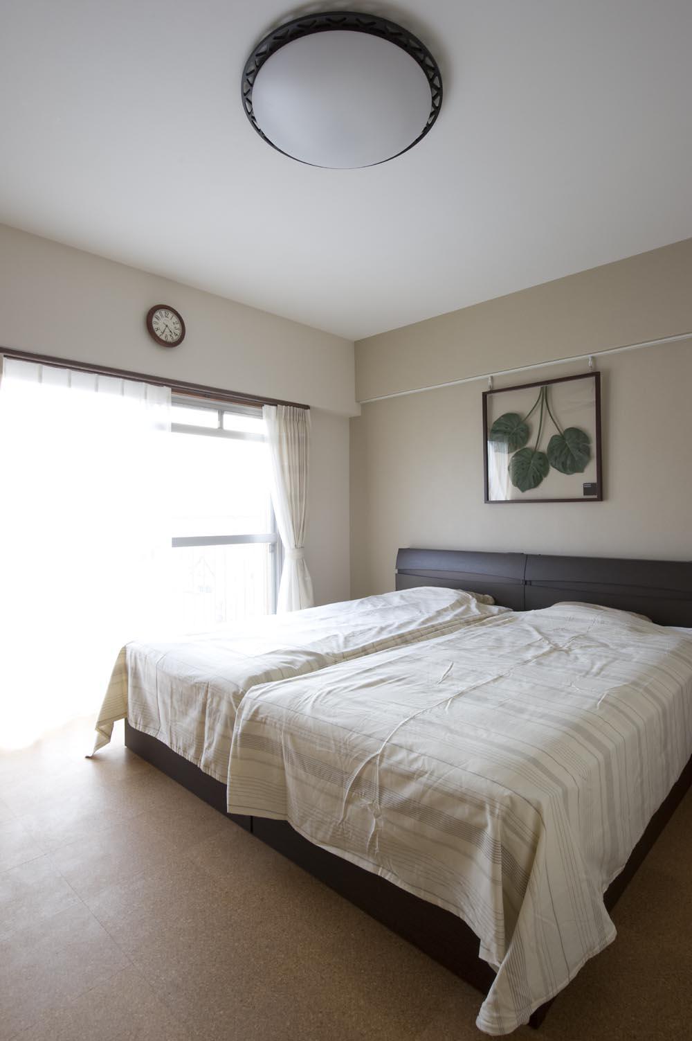I邸・斜めに配置したキッチンで、動きと変化をの部屋 明るく開放的なベッドルーム