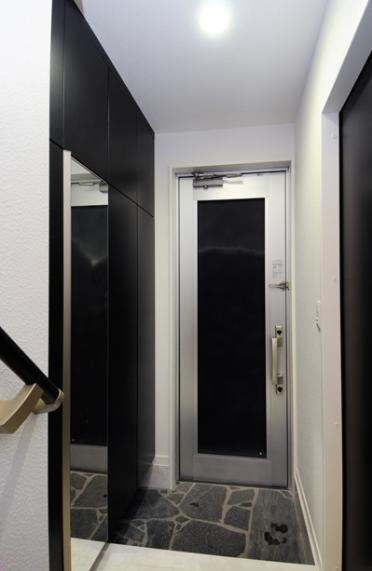 増築で実現した完全分離型二世帯住宅 (スタイリッシュな玄関)