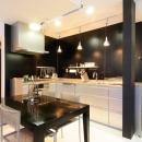 モノトーンカラーで統一したキッチン