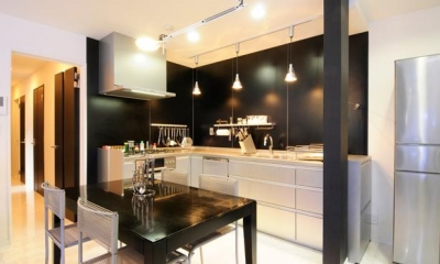 増築で実現した完全分離型二世帯住宅 (モノトーンカラーで統一したキッチン)