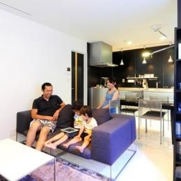 増築で実現した完全分離型二世帯住宅 (モノトーンカラー基調のシックなLDK)