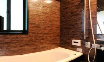 増築で実現した完全分離型二世帯住宅 (シックな浴室)