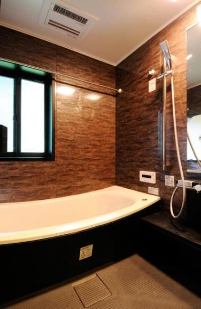 シックな浴室 (増築で実現した完全分離型二世帯住宅)