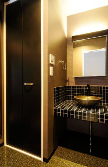 増築で実現した完全分離型二世帯住宅 (シックな洗面室)