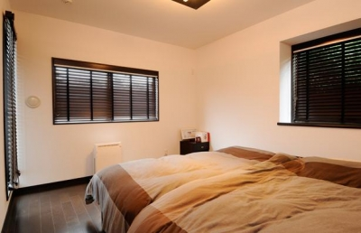 開放的なベッドルーム (増築で実現した完全分離型二世帯住宅)