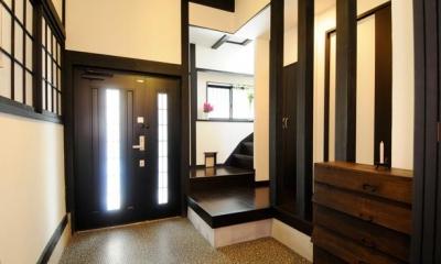 ダークな色合いの落ち着いた玄関|日本情緒漂う「蔵」とシンプルモダンのLDK