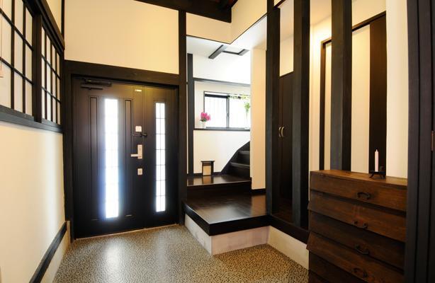 日本情緒漂う「蔵」とシンプルモダンのLDKの部屋 ダークな色合いの落ち着いた玄関