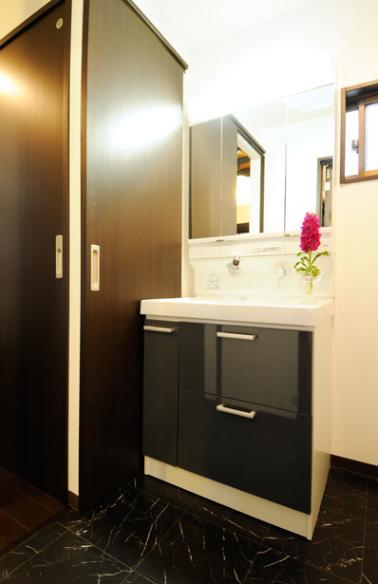 日本情緒漂う「蔵」とシンプルモダンのLDKの部屋 モダンな洗面室