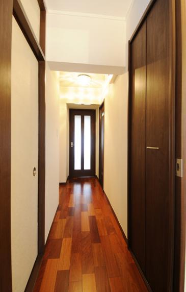 リビングと和室を組み合わせた和みのLDKの部屋 LDKにつながる廊下