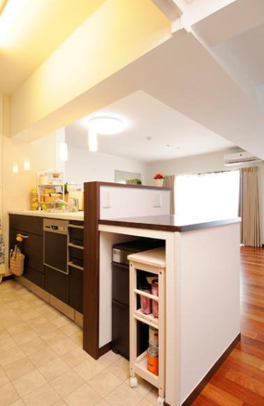 リビングと和室を組み合わせた和みのLDKの部屋 オープンタイプの対面キッチン
