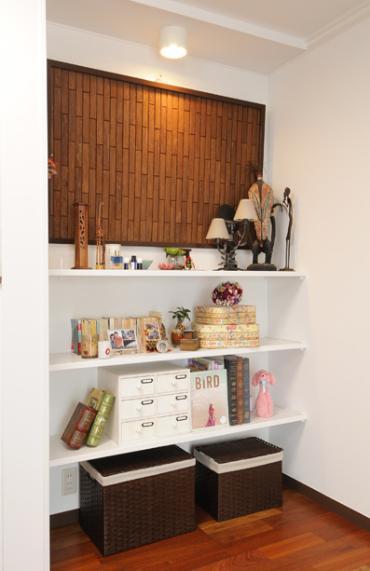 リビングと和室を組み合わせた和みのLDKの部屋 職人による手作りの棚