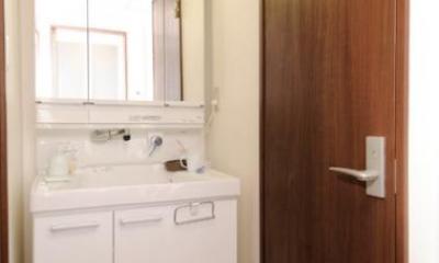 リビングと和室を組み合わせた和みのLDK (シンプルな洗面室)