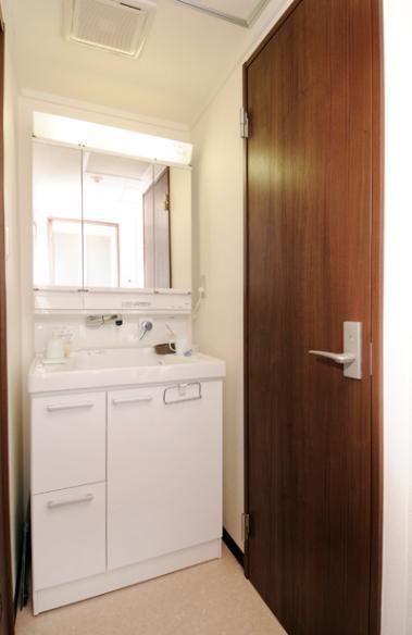 リビングと和室を組み合わせた和みのLDKの部屋 シンプルな洗面室