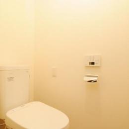 リビングと和室を組み合わせた和みのLDK (シンプルで清潔感のあるトイレ)