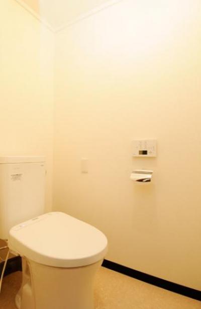シンプルで清潔感のあるトイレ (リビングと和室を組み合わせた和みのLDK)