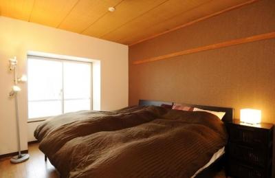 温かみのある安らぎの寝室 (リビングと和室を組み合わせた和みのLDK)