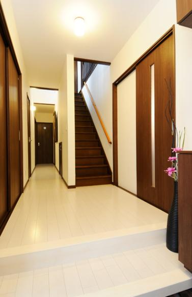 笑顔溢れるキッチンと光に包まれる安らぎのLDKの部屋 廊下・階段