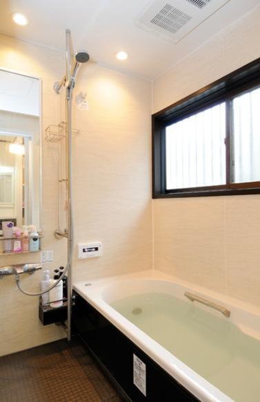 笑顔溢れるキッチンと光に包まれる安らぎのLDKの写真 ゆったりとした浴室