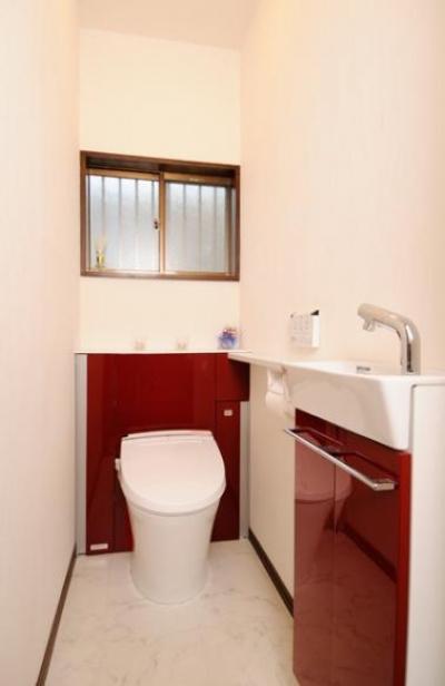 赤がアクセントのトイレ (笑顔溢れるキッチンと光に包まれる安らぎのLDK)