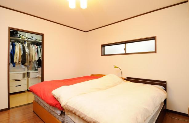 笑顔溢れるキッチンと光に包まれる安らぎのLDKの写真 ウォークインクローゼットのある寝室