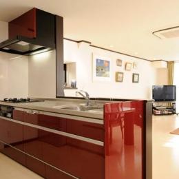 赤のオープンキッチン
