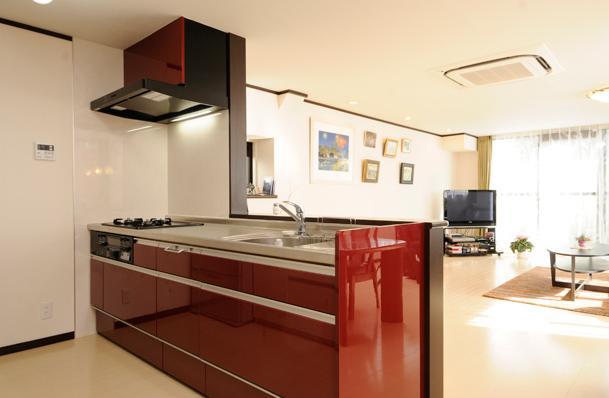 終の棲家としてこだわりの家作りの部屋 赤のオープンキッチン