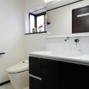終の棲家としてこだわりの家作りの写真 一体化されたトイレと洗面所