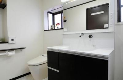 一体化されたトイレと洗面所 (終の棲家としてこだわりの家作り)