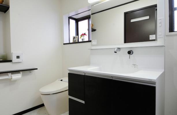 終の棲家としてこだわりの家作りの部屋 一体化されたトイレと洗面所
