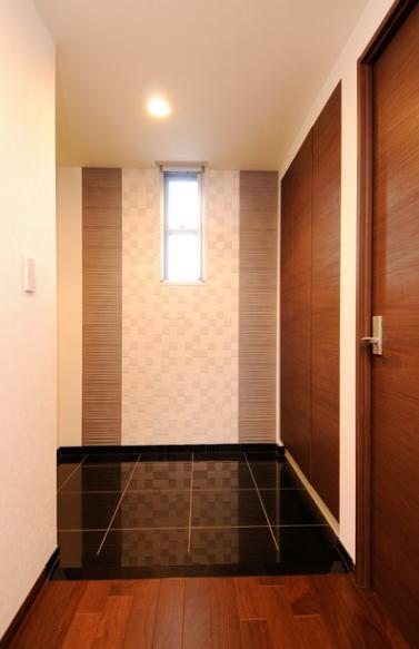 間取りの良さを引き出した開放的な住まいへの部屋 シックで落ち着いた玄関