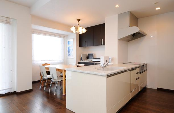 間取りの良さを引き出した開放的な住まいへの部屋 オープンスタイルの対面キッチン