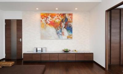 リビング-絵画を展示 間取りの良さを引き出した開放的な住まいへ