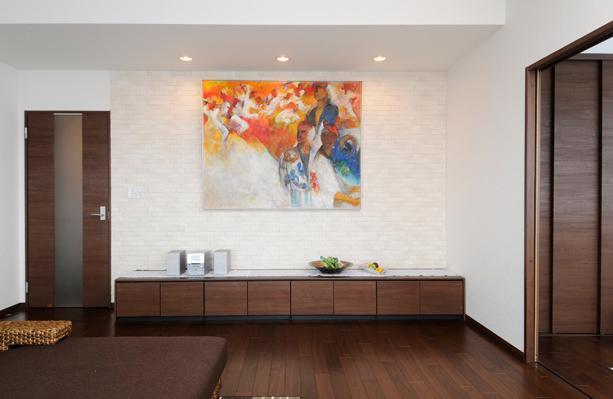 間取りの良さを引き出した開放的な住まいへの部屋 リビング-絵画を展示