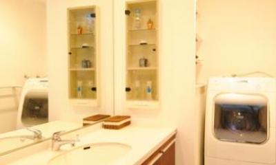 間取りの良さを引き出した開放的な住まいへ (落ち着いた雰囲気の洗面室)