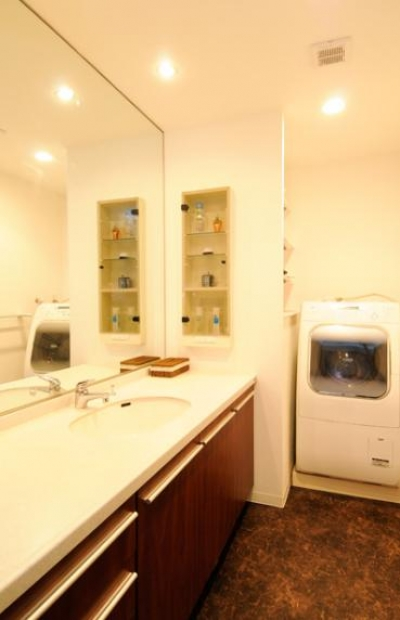 落ち着いた雰囲気の洗面室 (間取りの良さを引き出した開放的な住まいへ)