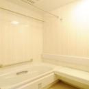 間取りの良さを引き出した開放的な住まいへの写真 白で統一された浴室