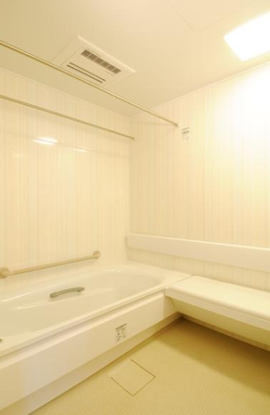 間取りの良さを引き出した開放的な住まいへの部屋 白で統一された浴室
